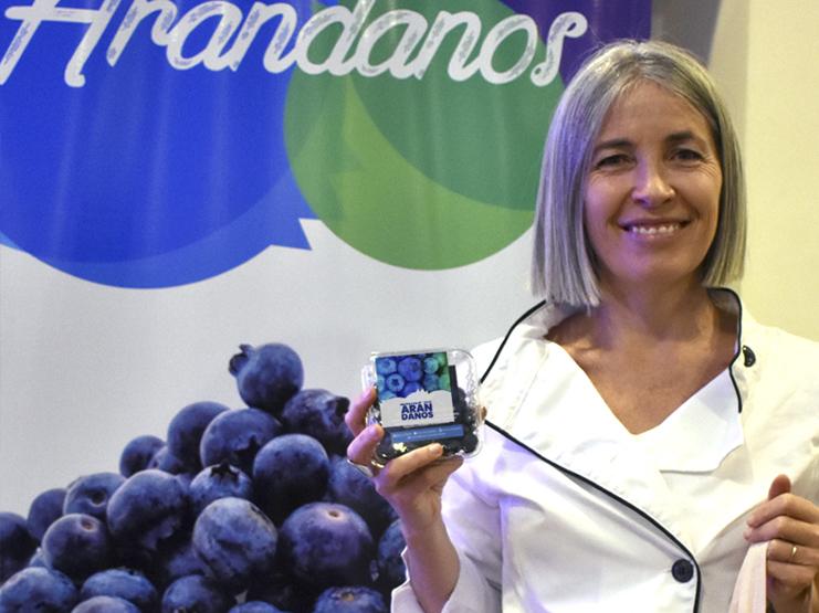 La chef Laura Di Cola en el lanzamiento de la tercera temporada de Mejor con Arándanos